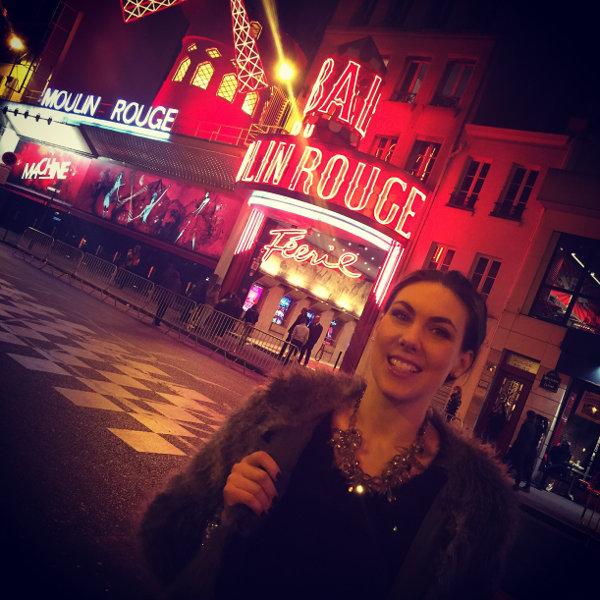 Elize Ryd devant le Moulin Rouge dans le quartier de Pigalle à Paris