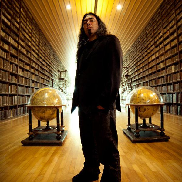Photo promo de Pierre Le Pape dans une bibliothèque