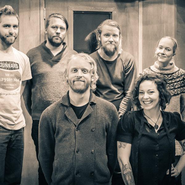 Le groupe islandais Arstidir, accompagné d'Anneke Van Giersbergen