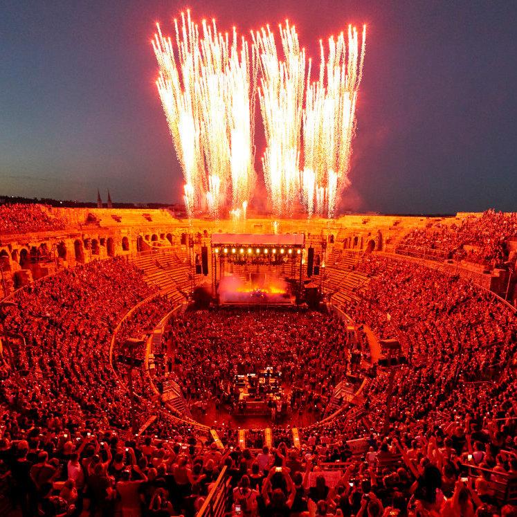 Plan large des arènes de Nîmes avec les effets pyrotechniques de Rammstein